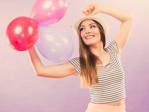 Muchacha que anima con los globos Imagenes de archivo