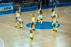 Muchacha que anima del equipo de ayuda a su equipo de baloncesto preferido Imagen de archivo libre de regalías