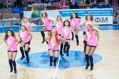 Muchacha que anima del equipo de ayuda a su equipo de baloncesto preferido Fotografía de archivo