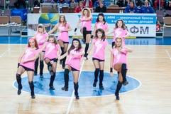 Muchacha que anima del equipo de ayuda a su equipo de baloncesto preferido Fotos de archivo
