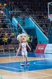 Muchacha que anima del equipo de ayuda a su equipo de baloncesto preferido Imagenes de archivo