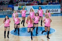 Muchacha que anima del equipo de ayuda a su equipo de baloncesto preferido. Fotografía de archivo