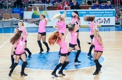 Muchacha que anima del equipo de ayuda a su equipo de baloncesto preferido. Imagenes de archivo