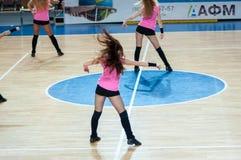 Muchacha que anima del equipo de ayuda a su equipo de baloncesto preferido. Foto de archivo