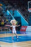 Muchacha que anima del equipo de ayuda a su equipo de baloncesto preferido. Fotos de archivo