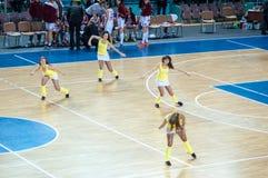 Muchacha que anima del equipo de ayuda a su equipo de baloncesto preferido. Imagen de archivo libre de regalías
