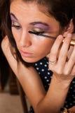 Muchacha que aplica maquillaje Imagen de archivo libre de regalías
