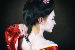 Muchacha que aplica maquillaje del geisha Fotos de archivo
