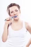 Muchacha que aplica sus dientes con brocha Fotografía de archivo