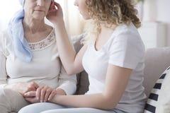 Muchacha que apoya a la madre enferma fotografía de archivo
