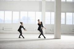 Muchacha que aprende ballet de su instructor imagen de archivo