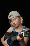 Muchacha que aprende la guitarra Imagen de archivo libre de regalías