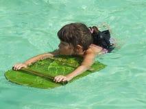 Muchacha que aprende nadar Fotografía de archivo