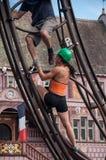 Muchacha que atornilla un perno en Team Extreme Workers Ride una atracción en la ciudad Fotos de archivo libres de regalías