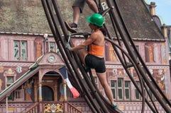 Muchacha que atornilla un perno en Team Extreme Workers Ride una atracción en la ciudad Imágenes de archivo libres de regalías