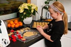 Muchacha que ayuda con cocinar de la Navidad del jengibre imagenes de archivo