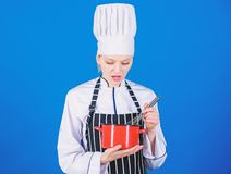 Muchacha que azota los huevos o la crema Comience lentamente a batir o a batir la crema Batidor de la mano del uso Concepto de lo imagen de archivo libre de regalías