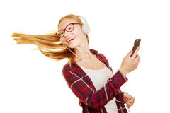 Muchacha que baila a la música en sus auriculares Fotografía de archivo libre de regalías