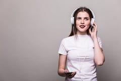 Muchacha que baila y que escucha la música Fotografía de archivo libre de regalías