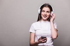 Muchacha que baila y que escucha la música Fotos de archivo