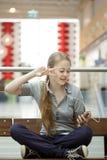Muchacha que baila y que escucha la música en los auriculares en sitio Fotos de archivo libres de regalías