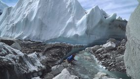 Muchacha que bebe el agua glacial almacen de video
