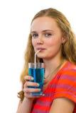 Muchacha que bebe el refresco azul con la paja Foto de archivo libre de regalías
