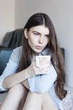 Muchacha que bebe té caliente Foto de archivo