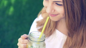 Muchacha que bebe té helado con el melocotón almacen de video