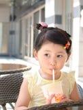 Muchacha que bebe té lechoso fotos de archivo