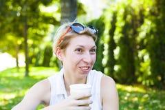 Muchacha que bebe una bebida Imagenes de archivo