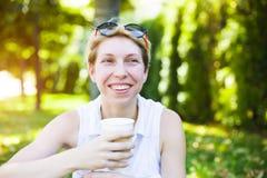 Muchacha que bebe una bebida Imagen de archivo libre de regalías