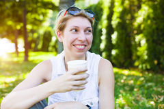 Muchacha que bebe una bebida Imagen de archivo