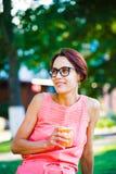 Muchacha que bebe una bebida Imágenes de archivo libres de regalías