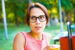 Muchacha que bebe una bebida Fotos de archivo libres de regalías