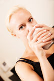 Muchacha que bebe una taza de café Fotos de archivo libres de regalías