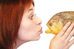 Muchacha que besa la piraña Fotografía de archivo