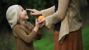 Muchacha que besa a su madre Día de la madre
