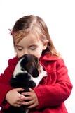 Muchacha que besa su perro Fotos de archivo libres de regalías