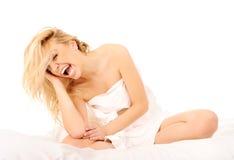 Muchacha que bosteza en cama Foto de archivo libre de regalías