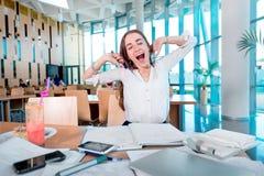 Muchacha que bosteza mientras que estudia en la universidad Imágenes de archivo libres de regalías