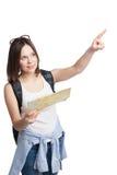 Muchacha que busca el lugar en mapa con la mochila Fotografía de archivo