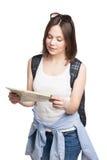 Muchacha que busca el lugar en mapa con la mochila Imagen de archivo