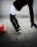 Muchacha que cae al revés Fotografía de archivo