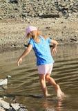 Muchacha que cae en el agua Foto de archivo