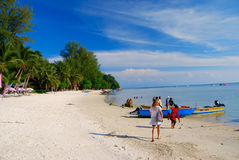 Muchacha que camina al barco en la pequeña isla en Malasia imagen de archivo libre de regalías