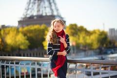 Muchacha que camina cerca de la torre Eiffel Foto de archivo libre de regalías