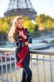Muchacha que camina cerca de la torre Eiffel Fotos de archivo libres de regalías