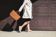 Muchacha que camina con el bolso de compras en la calle foto de archivo libre de regalías