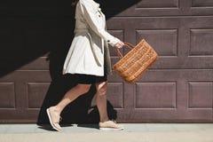 Muchacha que camina con el bolso de compras en la calle imagenes de archivo